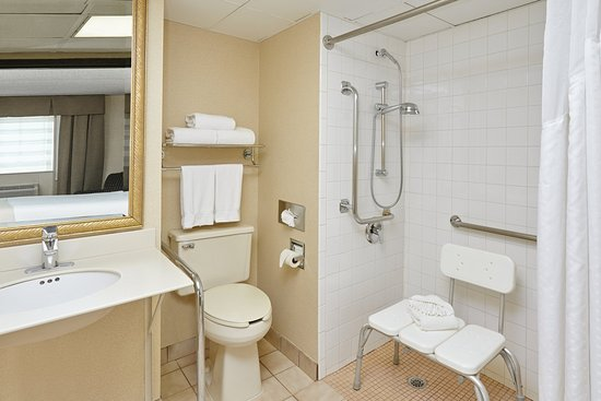 ‪‪Carol Stream‬, إلينوي: ADA/Handicapped accessible Guest Bathroom with roll-in shower‬