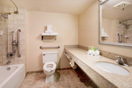 Wauwatosa, Висконсин: Guest Bathroom