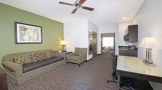 Riverwoods, IL: Living Area of Suite