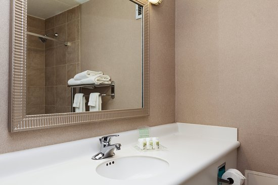 Weirton, WV: Spacious and ample lighting in our guest bathrooms.