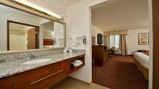 มิลฟอร์ด, แมสซาชูเซตส์: Large granite vanities in our guest bathrooms