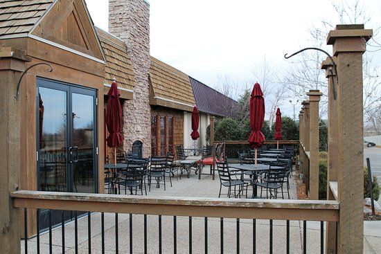 Alexandria, MN: Rudy's Redeye Grill Patio with outside fireplace