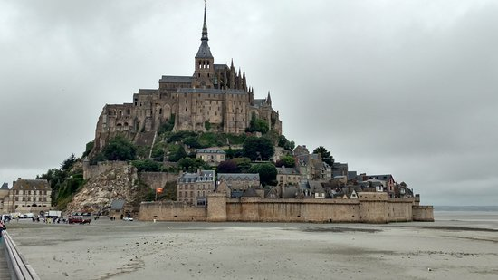 Biara Mont-Saint-Michel: An impressive approach from a mile away or a hundred yards.
