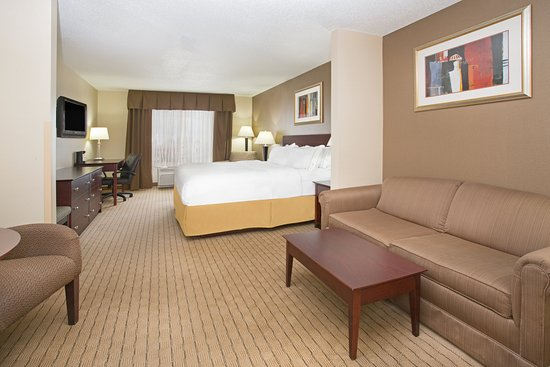 Holiday Inn Express Minot South: King Suite