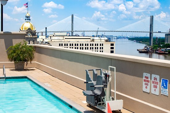 Holiday Inn Express Savannah-Historic District: Pool Accessibility