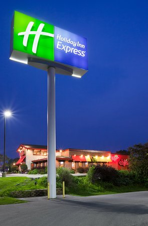 Cedar Rapids, IA: Holiday Inn Express - Collins Road located next to Chili's Grill