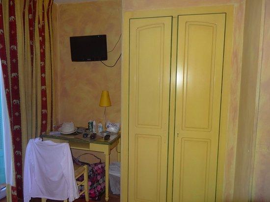 Hotel Little Palace: Placard y escritorio en habitación