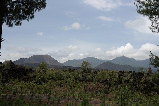 Paricutín Volcano: Sobre el sendero se aprecia el volcan y los restos de la iglesia
