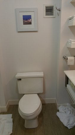 Independence, OH: Clean and Bright Bathroom