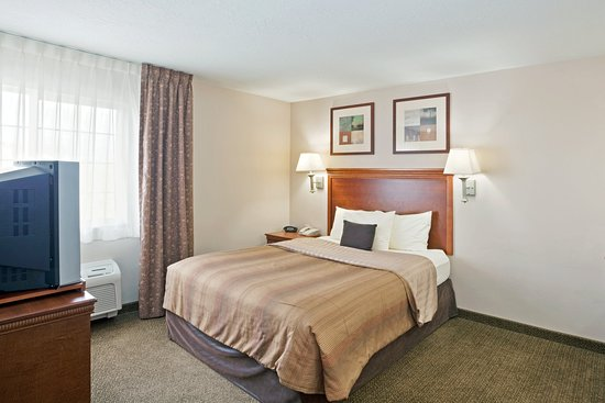 Meridian, ID: Queen Bed Guest Room near Boise daho