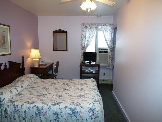 Pictou, Canada: Small economy room