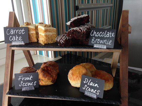 Charmouth, UK: Delicious homemade cakes