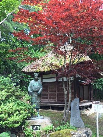 Shinano-machi, Japan: 一茶像と俳諧寺