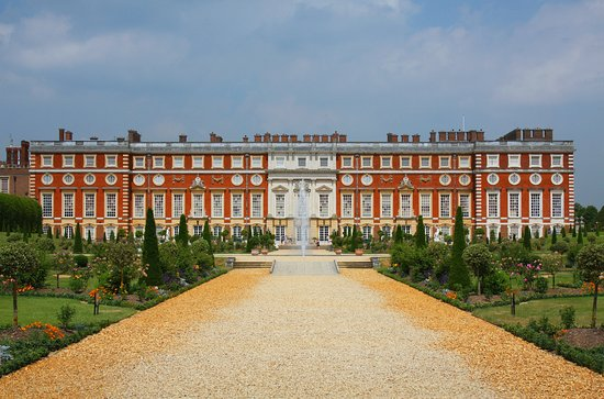 Hayes, UK: Hampton Court Palace which is 10 miles away from the hotel