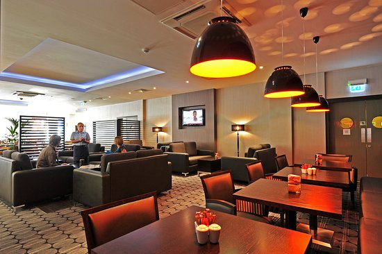 Holiday Inn Express Belfast City Queens Quarter: Bar and Lounge