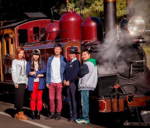 Belgrave, Austrália: Visitors having their photo taken at the Puffing Billy locmotive