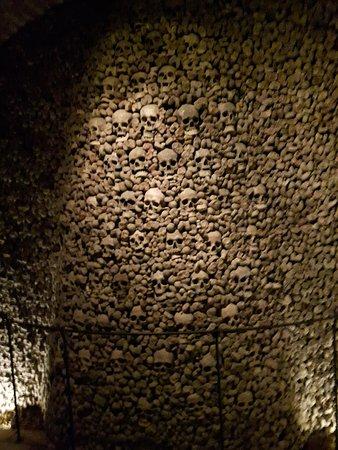 Brno, جمهورية التشيك: Skulls stacked in a pillar