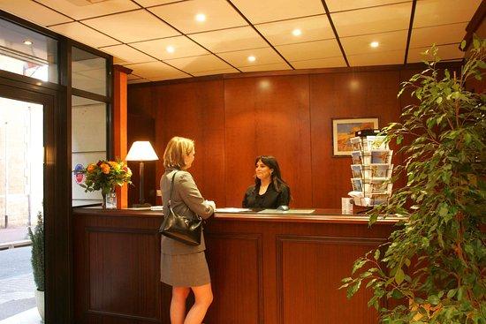 Issy-les-Moulineaux, Francia: Reception desk
