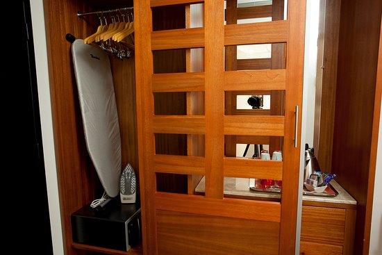 Pessac, Frankrijk: Iron, Iron board and Safe in wardrobe in executive rooms