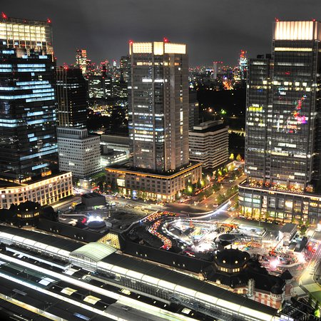 Shangri-La Hotel, Tokyo: Night view, overlooking the station (Palace side)