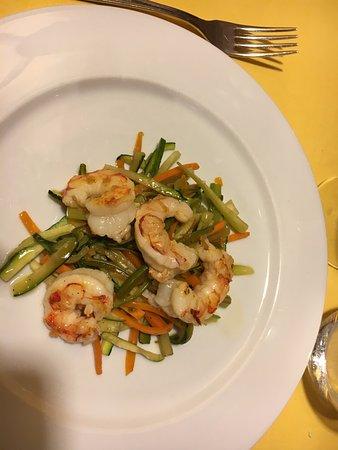 Sesto Calende, Italien: Gamberi e macedonia di verdure
