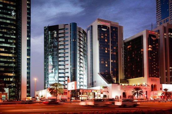 Crowne Plaza Hotel Dubai: Hotel at night along Sheikh Zayed Road