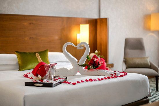 Jumeira Rotana: Premium Suite Bedroom (Romantic )