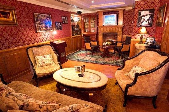 Arabian Courtyard Hotel & Spa: Sherlock Holmes English Pub Smoking Area
