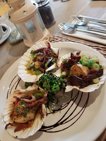Crafthole, UK: Scallops with wilted greens and bacon