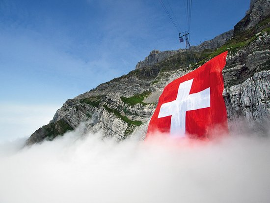 Hundwil, Schweiz: Grösse Schweizerfahne am Säntis