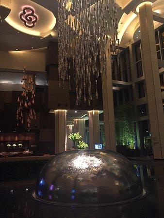 Grand Hyatt Macau: グランドハイアットマカオのロビー(夜中撮影)