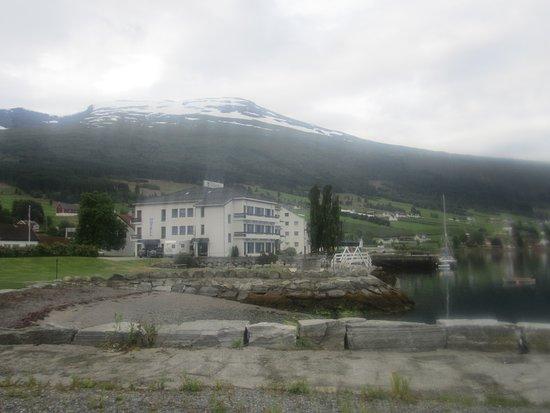 Sogn og Fjordane, Norge: Вид с берега на отель