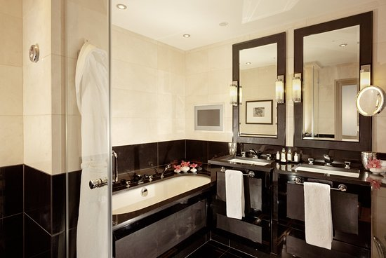 St. James's Hotel and Club: Bathroom