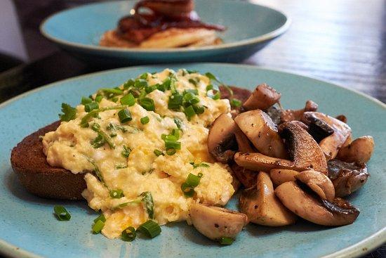 Leederville, أستراليا: Creme fraiche scrambled eggs