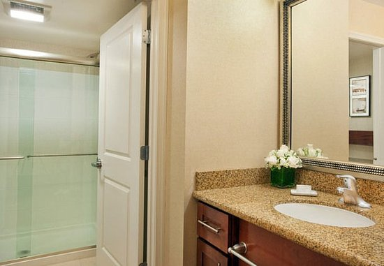 Auburn, Мэн: Suite Bathroom With Shower