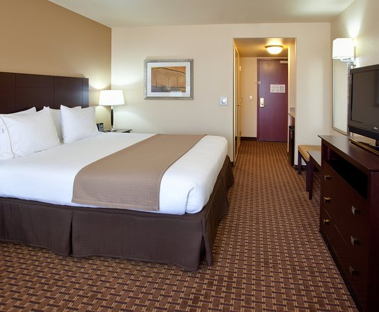 Holiday Inn Express & Suites Dinuba West King Bed Guest Room