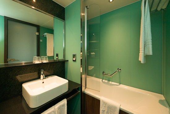 Surbiton, UK: Guest Room bathroom