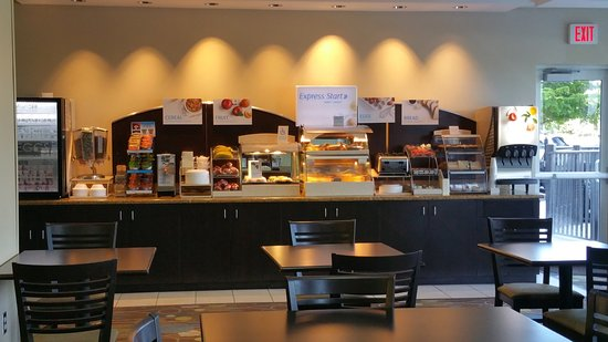Holiday Inn Express & Suites Fort Myers- The Forum: Breakfast Bar