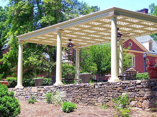 Chapel Hill, Kuzey Carolina: Pergola w Dubose in backgrnd