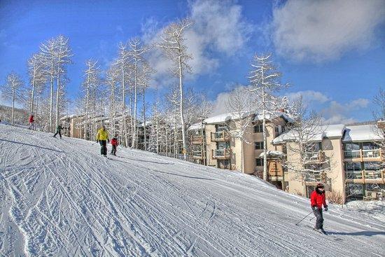 สโนว์แมสวิลเลจ, โคโลราโด: Snowmass_TOV_exterior_winter_skiers2