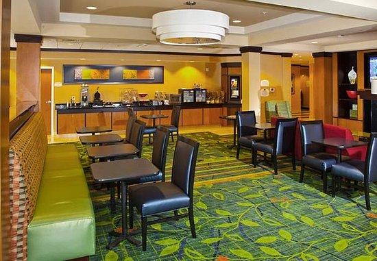 Fairfield Inn & Suites Madison East: Breakfast Sitting Area