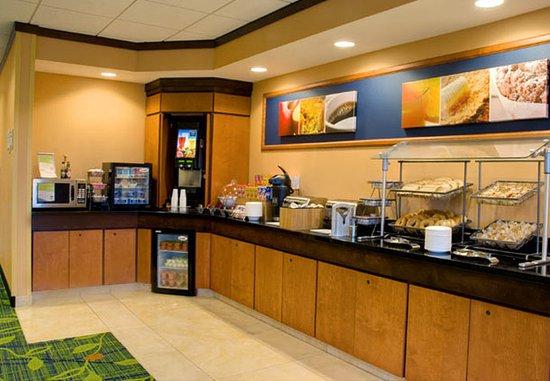 Fairfield Inn & Suites Madison East: Breakfast Area