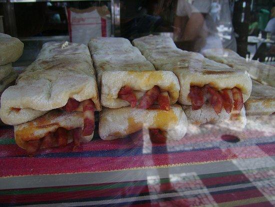Casa do Bolo do Caco: mit diversen leckeren Füllungen knusprig frisch aus dem Ofen!