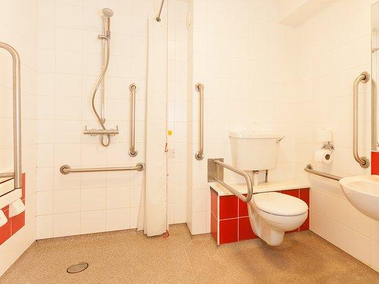 Borehamwood, UK: Accessible Bathroom