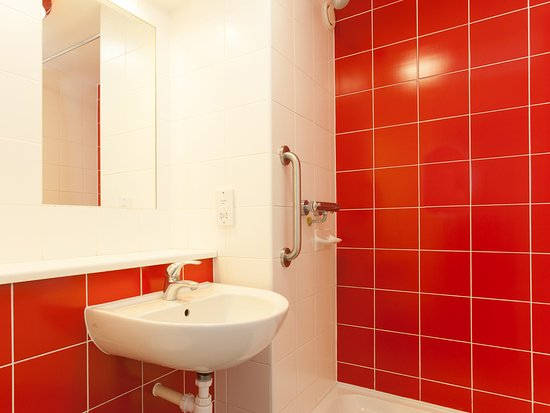 Borehamwood, UK: Bathroom with Shower