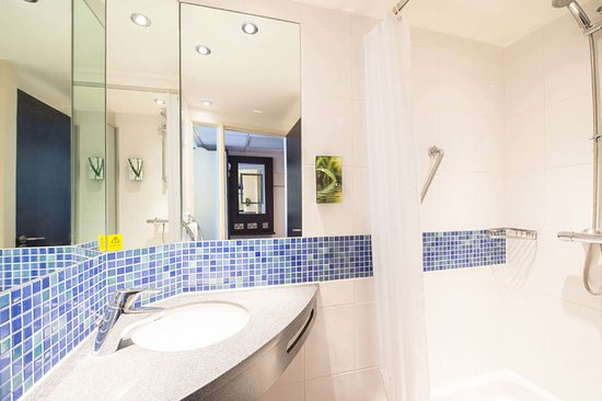 Premier inn banbury m40 j11 hotel updated 2018 reviews price comparison and 50 photos Premiere bathroom design reviews