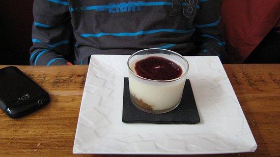 Fougeres, Fransa: dessert panna cotta