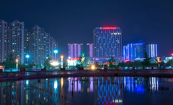Xiangyang, จีน: Hotel Appearance in the Evening