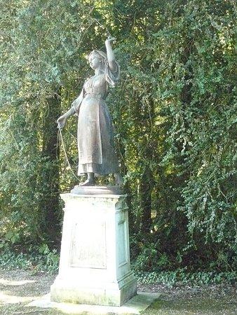 """Chateau de Voltaire : Statue """"L'Innocence"""""""