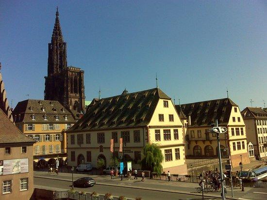 History Museum : Catedral de Notre-Dame (izd) y museo Histórico (dch) vistos desde el museo Alsaciano.
